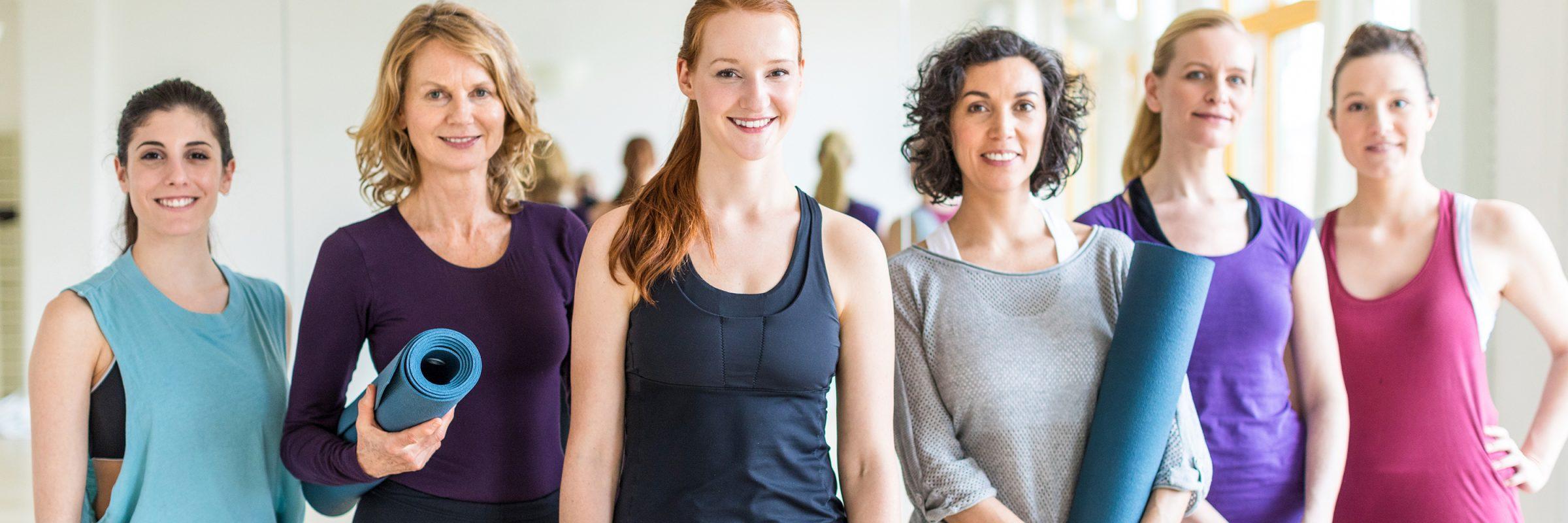 Frauen beim Yogakurs
