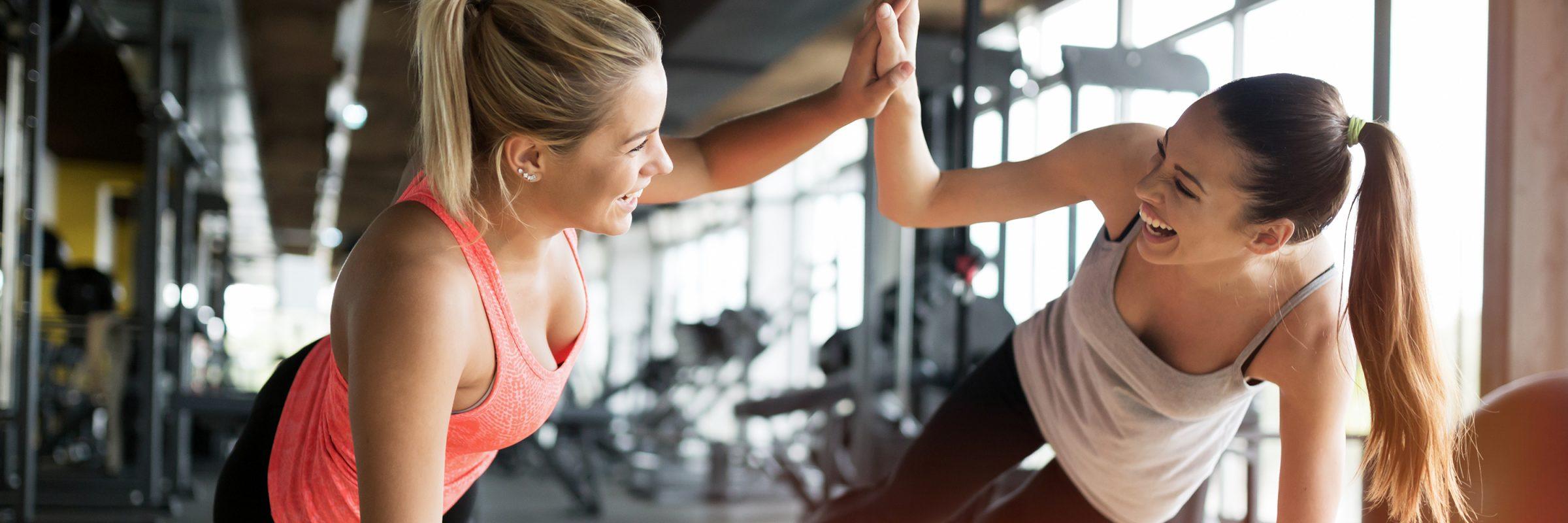 Freundinnen High Five beim Workout
