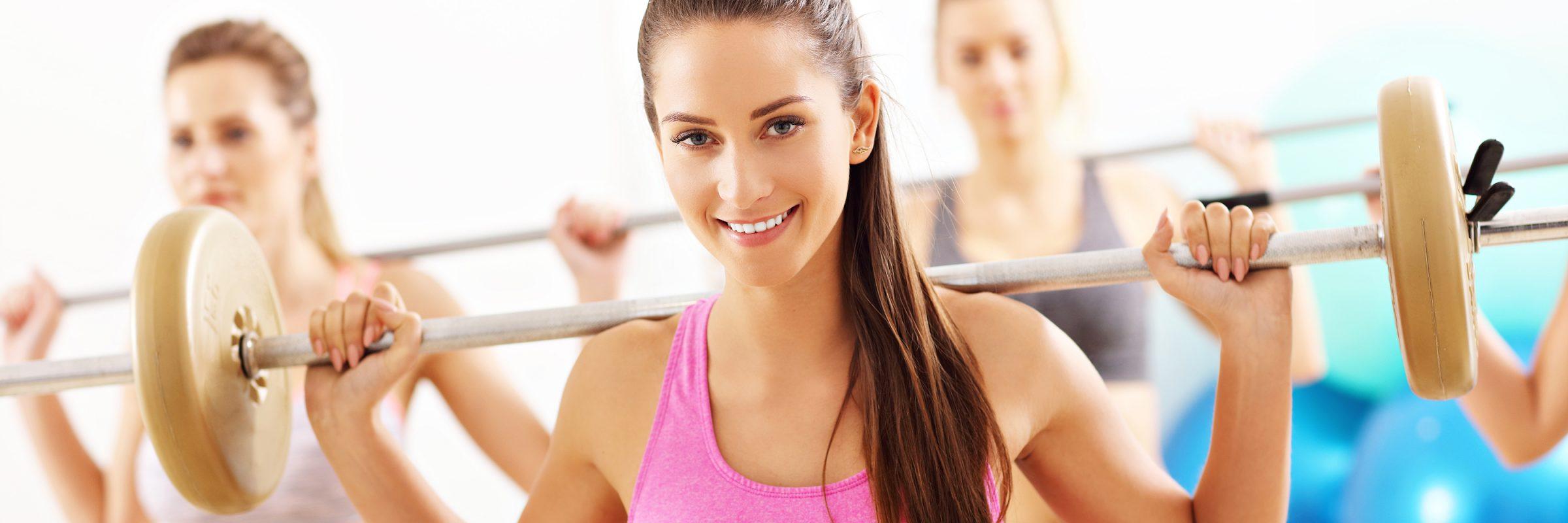 Frau macht Workout mit Gewicht