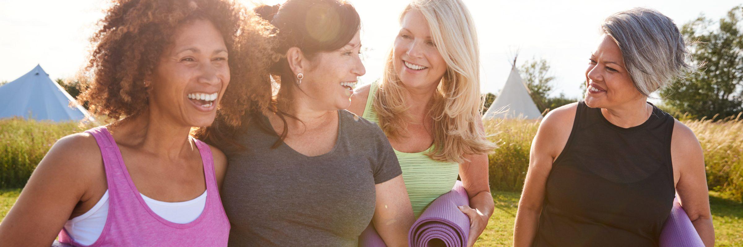 Glückliche Frauen beim Yoga Workout