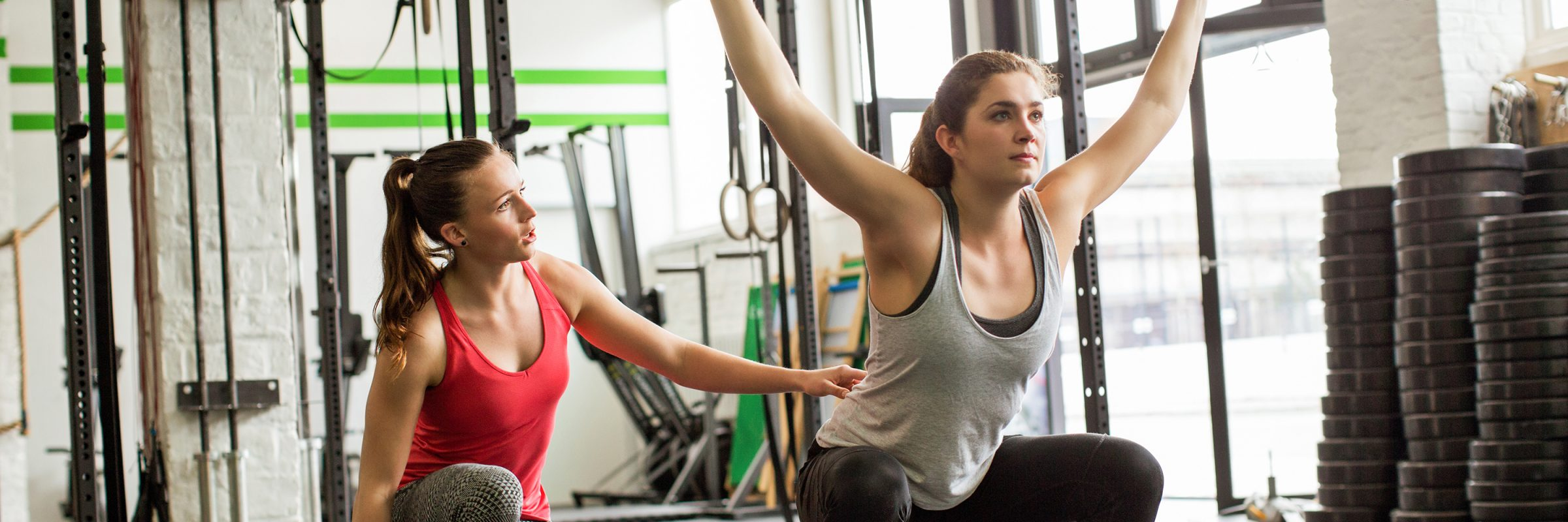 Personal Trainerin gibt Anweisungen Gewichteheben
