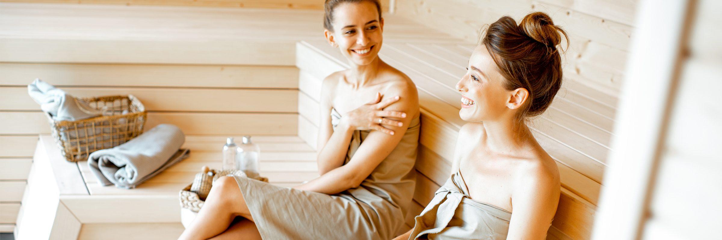 Freundinnen gemeinsam in Sauna