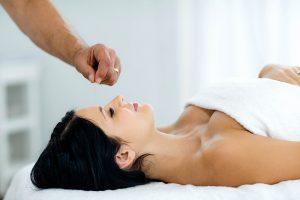 Frau entspannt Hydrojet Massageliege